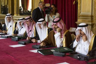 بجٹ میں کیا گیا تھا یہ اعلان : سعودی عرب نے حال ہی میں اپنی تاریخ کا سب سے بڑا بجٹ پیش کیا تھا ۔ اس میں 2018 کیلئے 261 ارب ڈالر خرچ کرنے کا منصوبہ بنایا گیا ہے ۔ حکومت نے ویٹ لگاکر آمدنی میں اضافہ کے ساتھ ہی سبسڈی میں کٹوتی کا بھی اعلان کیا ہے ۔ حالانکہ اس کے باوجود سعودی عرب کو کم سے کم 2023 تک بجٹ خسارہ کا سامنے کرنا پڑے گا۔