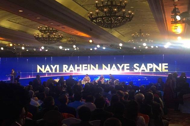 """اس کے جواب میں شیوراج نے سندھیا کو کھلا چیلنج دیتے ہوئے کہا، """"پہلے تو ان کی پارٹی فیصلہ کرے کہ کسے مالا پہنانی ہے۔ میں تو کہتا ہوں کہ انہیں سی ایم پروجیکٹ کر دیں پھر دیکھیں گے کہ عوام کسے مالا پہناتے ہیں۔"""