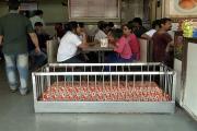 احمدآباد : ایک ایسا ریسٹورنٹ ، جہاں قبروں کے درمیان بیٹھ کر سب ل