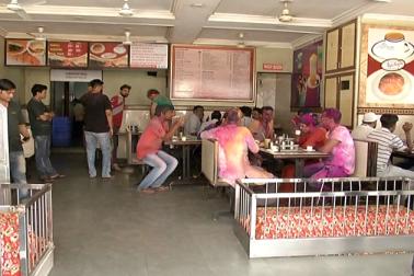 اس دور میں احمد آباد میں میل فیکٹری کی بھرمار ہوا کرتی تھی۔ ایسے میں لوگوں کو چائے پلانے کے مقصد سے ایک چھوٹی سی دکان شروع کی گئی۔ جو آہستہ آہستہ آج لکی ریسٹورینٹ کے نام سے پوری دنیا میں مشہور ہے۔