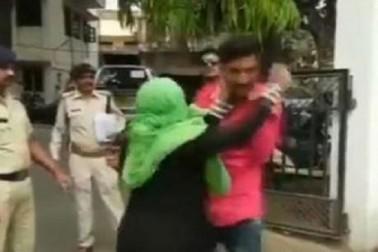 عصمت دری کی شکار لڑکی کی ماں نے پولیس کے سامنے ملزم کی کر دی پٹائی