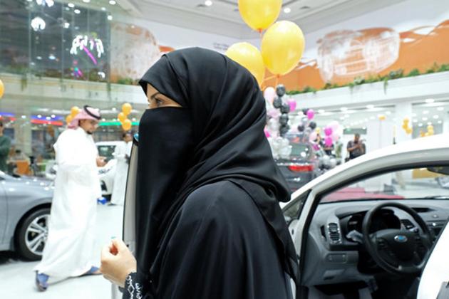 پہلی مرتبہ خواتین کیلئے کاروں کی نمائش : حکومت کی جانب سے خواتین کو ڈرائیونگ کی اجازت دیے جانے کے بعد سعودی عرب کی تاریخ میں پہلی مرتبہ  خواتین کیلئے مختص کاروں کی ایک نمائش کا اہتمام کیا گیا ۔ جدہ میں منعقدہ اس نمائش کو خواتین کو مد نظر رکھتے ہوئے زرد اور نارنجی رنگ کے غباروں سے سجایا گیا۔نمائش کے بعد میڈیا میں بہت سی ایسی تصاویر سامنے آئیں ، جس میں خواتین کو کاروں کی ڈرائیونگ سیٹ پر بیٹھے دیکھاگیا ۔