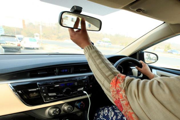 بطور ڈرائیور خواتین کو ملازمت :سعودی عرب میں خواتین کو ڈرائیونگ کی اجازت دینے کے بعد اب گھریلو ڈرائیور کے طور پر خواتین ملازمین کو بھی مملکت بلوانے کی اجازت دیدی گئی ہے ، جو ملک میں خواتین کو ڈرائیونگ کی اجازت کے بعد ایک بڑی تبدیلی شمار کی جا رہی ہے۔ محکمہ شماریات کے مطابق گھریلو ملازمین میں شامل ڈرائیوروں کی تعداد تقریباً ڈیڑھ لاکھ ہے۔ اب تک کوئی گھریلو ڈرائیور خاتون اس میں شامل نہیں۔ تاہم اب اس کی اجازت کے بعد تعداد میں کافی اضافہ کا امکان ہے۔