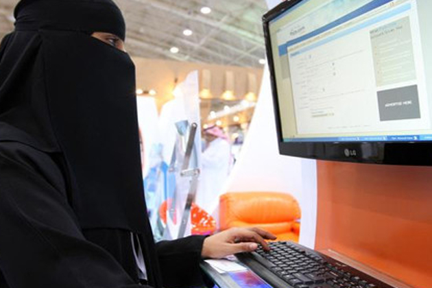 مردوں کی اجازت کے بغیر کاروبارکی اجازت  :سعودی عرب میں خواتین اب اپنے شوہر یا کسی قریبی مرد رشتے دار کی اجازت کے بغیر بھی اپنا کاروبار شروع کرسکتی ہیں۔ سعودی حکومت نے خواتین سے متعلق پالیسی میں اہم تبدیلی کا اعلان کیا ہے۔ اب تک سعودی میں نافذ العمل سرپرستی کے نظام کے تحت خواتین کو حکومت کے یہاں کاغذات جمع کرانے ، سفر یا تعلیمی اداروں میں داخلے کے لیے مرد سرپرست..... بالعموم خاوند ، باپ یا بھائی...... سے حاصل کردہ اجازت نامے کا ثبوت پیش کرنا ضروری ہوتا تھا ۔