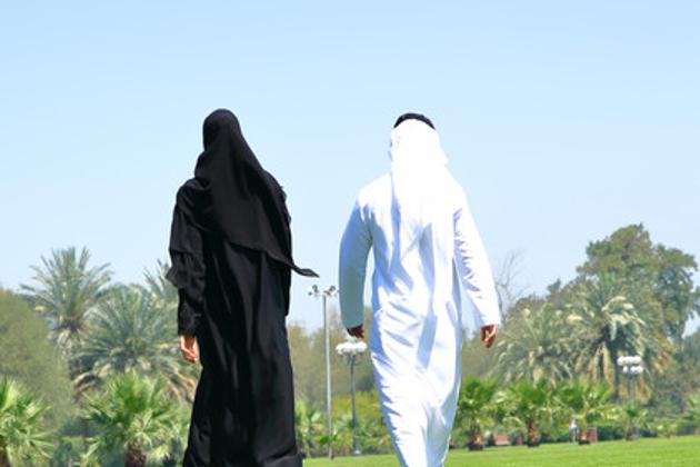عائلی قانون میں ترمیم : سعودی عرب میں شادی سے متعلق عائلی قانون میں اہم تبدیلی کی گئی ہے ، جس کی رو سے اب بیوی کو اس کی مرضی کے خلاف شوہر اپنے گھر لانے پر مجبور نہیں کر سکے گا۔ شادی قانون کے تحت گھریلو اطاعت گذاری کی شق کالعدم قرار دے دی گئی ہے۔ ترمیم کے بعد عورت کے پاس دو اختیارات ہوں گے جس کی روشنی میں وہ اپنے مستقبل کا فیصلہ کر سکتی ہے۔ اولا وہ شوہر سے طلاق حاصل کر سکتی ہے۔ اگر اس کا شوہر طلاق دینے پر تیار نہ ہو تو وہ خلع حاصل کرنے کے لئے اپنا حق مہر لوٹا کر خود کو شادی کے بندھن سے آزاد کرا سکتی ہے۔