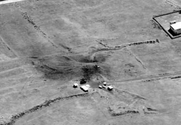 وزرات دفاع کی جانب سے جاری یہ تصویر شام کے شنسر کیمیکل ہتھیار بنکر  کی ہے، جو ہفتہ کو امریکی ہوائی حملے کا شکار بنا۔ ( فوٹو : اے پی)۔