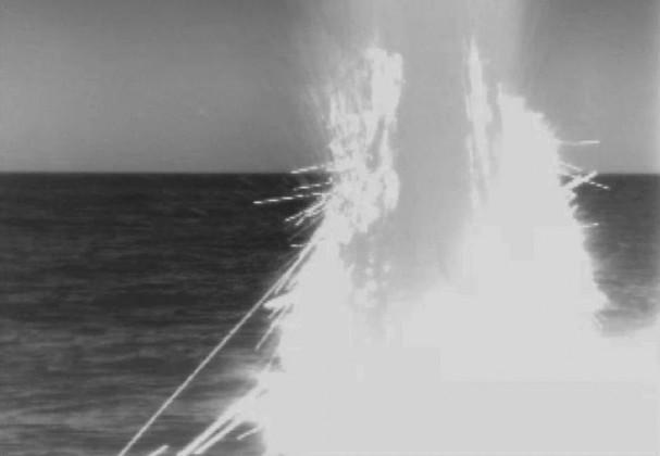 بحیرہ روم سے امریکہ کے ذریعہ شام پر ٹام ہاک میزائل سے کئے گئے حملے کی یہ تصویر امریکی بحریہ کی جانب سے جاری ویڈیو سے لی گئی ہے ۔ ( فوٹو : اے پی)۔