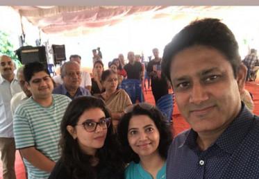 ٹیم انڈیا کے سابق کرکٹ کھلاڑی انل کمبلے نے اپنے اہل خانہ کے ساتھ ووٹ ڈالا۔ (فوٹو : انل کمبلے انسٹا گرام )۔