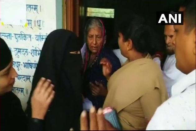 کرناٹک میںاسمبلی انتخابات کیلئے ووٹنگ جاری ہے۔ الیکشن کیلئے ہر پولنگ بوتھ پر پختہ انتظامات کئے گئے ہیں۔ حالانکہ بیلگاوی اسمبلی سیٹ کے پولنگ بوتھ سے ایک مسلم خاتون کا برقع اترانے کی خبر آئی ہے۔ (فوٹو : اے این آئی)۔