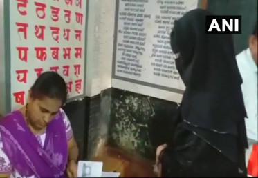 در اصل ووٹ ڈالنے پہنچی مسلم خاتون سے برقع اتارنے کیلئے کہا گیا ، جس کی خاتون نے شدید مخالفت کی ۔ اس کے بعد وہاں بھیڑ جمع ہوگئی ۔  (فوٹو : اے این آئی)۔