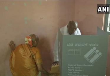سابق وزیر اعظم ایچ ڈی دیوگوڑا نے ہاسن ضلع کے ہول نرسی پورہ میں اپنا ووٹ ڈالا۔