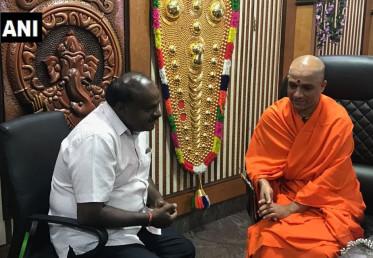 جنتادل سیکولر کے وزیر اعلی عہدہ کے امیدوار ایچ ڈی کمار سوامی کو سیاست اپنے والد ایچ ڈی دیوگوڑا سے وراثت میں ملی ہے۔ الیکشن سے پہلے کمار سوامی نے ایک مٹھ کے مہاسوامی سے ملاقات کی۔