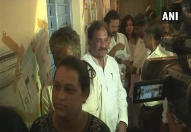 کرناٹک حکومت کے وزیر کے جے جارج نے بنگلورو میں اپنا ووٹ ڈالا۔