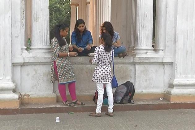 مونلیکا کولکاتہ کے جے پوریا کالج سے بنگالی زبان میں بی اے کر رہی ہیں۔مونلیکا ہندی ،اگریزی اور بنگالی جانتی ہیں۔خاص بات ہے کہ ان کیلئے کالج جانے کا راستہ اتنا آسان نہیں تھا۔غریبی راستے کا سب سے بڑا کانٹا تھا۔