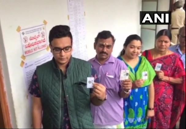 میسور کے شاہی کنبہ کے کرشن دت چامراجا واڈیار نے میسور میں اپنا ووٹ ڈالا۔ ( سبھی تصاویر اے این آئی کی ہیں)۔