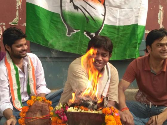 دہلی میں کانگریس دفتر کے باہر کارکنان ہون کررہے ہیں۔