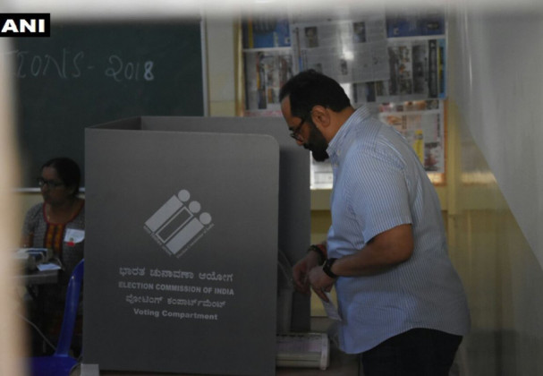 بی جے پی ممبر پارلیمنٹ چندر شیکھر نے کرناٹک کے بنگلورو میں ریڈی جنا سنگھ کے کورمنگلا میں اپنا ووٹ ڈالا۔