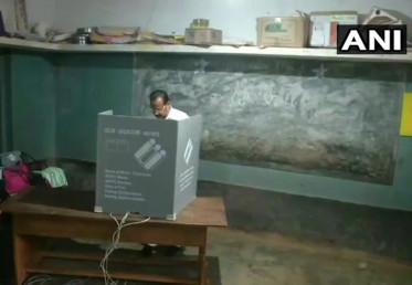 بی جے پی لیڈر اور مرکزی وزیر سدا نند گوڑا نے بھی اپنا ووٹ ڈالا ۔
