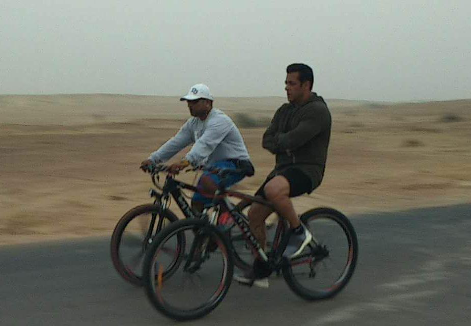 سلمان نے ریت پر چلنے والی کوڈ بائک چلائی ۔ سلمان نے سائکلنگ بھی کی۔ قابل ذکر ہےکہ راجستھان میں سلمان خان کی شوٹنگ میں ان کے فینس کی بھیڑ بھی جمع رہی۔