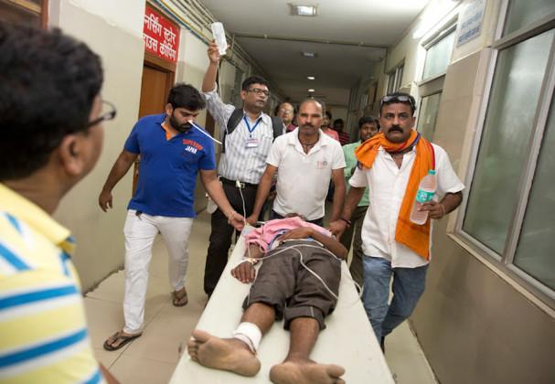حادثہ کے بعد مقامی لوگ مدد کے لئے سب سے پہلے آگے آئے ۔ حادثہ میں 50 سے زیادہ لوگوں کےزخمی ہونے کا امکان ہے۔