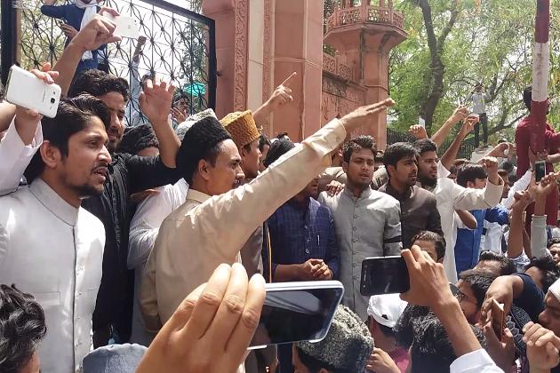ادھر  جمعہ کو ضلع افسران نے چار اور پانچ مئی تک شہر میں انٹرنیٹ خدمات بند کرنے کا فرمان جاری کیا ہے۔ڈی ایم چندر بھوشن نے دفعہ 144 کے تحت انٹرنیٹ خدمات کو بند کرنے کا حکم جاری کیا ہے۔