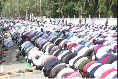 علی گڑھ مسلم یونیورسٹی کے طلبہ نے احتجاج باب سید پر نماز جمعہ بھی ادا کی ۔