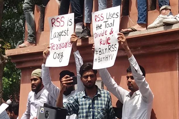 محمد علی جناح کی تصویر کو لے کر علی گڑھ مسلم یونیورسٹی میں ہنگامہ اور تشدد کے خلاف جمعہ کو یونیورسٹی کے طلبہ نے شدید احتجاج کیا ہے۔