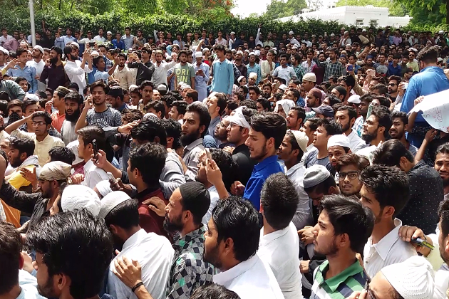 محمد علی جناح کی تصویر کو لے کر علی گڑھ مسلم یونیورسٹی میں ہنگامہ اور تشدد کے خلاف جمعہ کو یونیورسٹی کے طلبہ نے شدید احتجاج کیا ۔