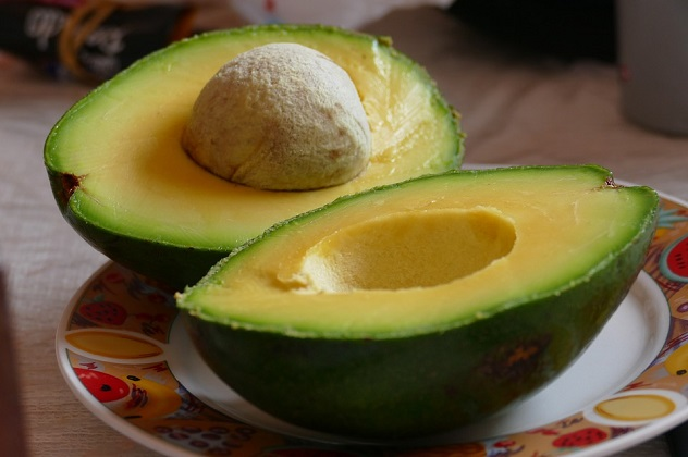ایووکاڈو ۔100 گرام ایووکاڈو میں 160 کیلوری ہوتی ہے۔250 گرام دودھ میں 105 کیلوری،دو چمچ چینی میں 32 کیلوری ہوتی ہے،کل ملاکر ایک گلاس شیک میں 300 کیلوری ہوتی ہے۔