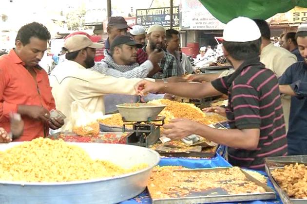 ماہ رمضان کا اعلان ہوتے ہی بھوپال کی مسجدوں اور بازاروں کی رونق میں اضافہ ہوگیا ہے ۔ مسجدیں جہاں عام دنوں میں نمازیوں کا انتظار کرتی تھیں ، وہی رمضان کا اعلان ہوتے ہی مساجد اب اپنی تنگ دامنی کی شکایت کرنے لگی ہیں۔
