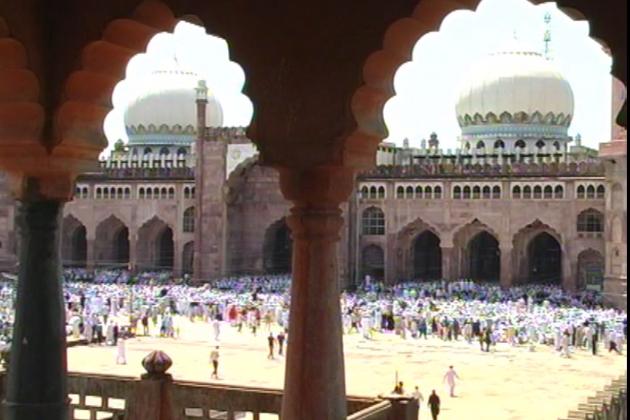 حالانکہ کل کچھ تاخیر سے رمضان کے چاند کا اعلان کیاگیا ، اس کے باوجود بھوپال جسے مسجدوں کا شہر کہا جاتا ہے ، وہاں پر مساجد میں نمازیوں کی اس قدر بھیڑ ہوگئی کہ مسجدیں نہ صرف اپنی تنگ دامنی کی شکایت کرنے لگیں بلکہ کچھ مقامات پر سڑکوں پر بھی نمام تراویح کا اہتمام کیا گیا۔