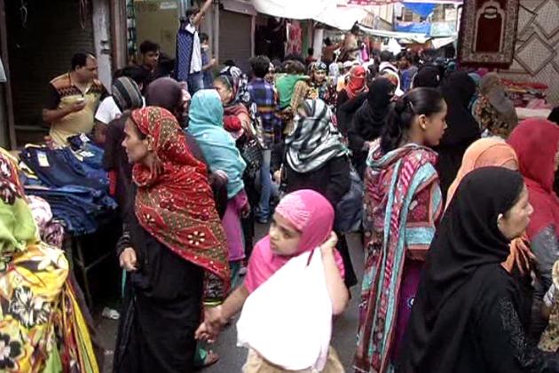 ماہ رمضان میں اگر آپ نئے بھوپال میں جائیںگے تو آپ کو عام دنوں کے جیسے ہی حالات نظر آئیںگے ، لیکن قدیم بھوپال کے چوک بازار ،ندیم روڈ، اتوارہ بازار، جہانگیرآباد، ابراہیم پورہ اور چوک بازار کی رونق میں جس طرح سے اضافہ ہوا ہے ، وہ قابل دید ہے ۔