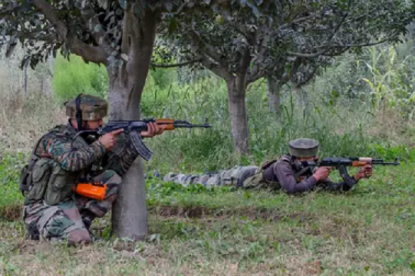 اننت ناگ میں سکیورٹی فورسز نے 3 جنگجوؤں کو کیا ڈھیر، دو جوان زخمی