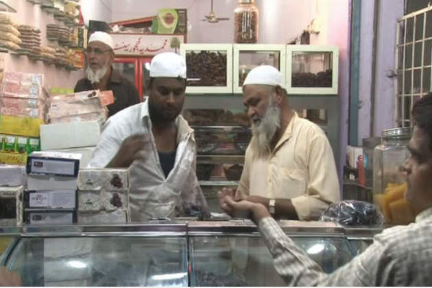 مالیگاوں شہر جسے مسلم اکثریت والا شہر کہا جاتا ہے ، مسجدوں اور میناروں کے اس شہر میں رمضان المبارک سے قبل ہی بازاروں میں بھیڑ خریداری کے لیے امڈ پڑی ہے۔ لوگ پہلے دن کھجوروں کی خریداری کو ترجیح دے رہے ہیں ۔