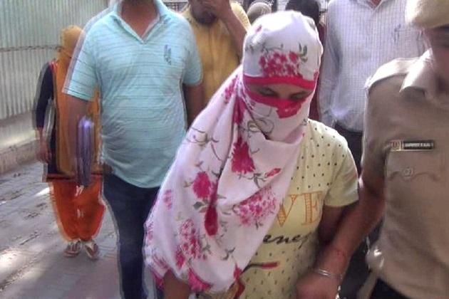 خفیہ اطلاع کی بنیاد پر پنچکولہ سیکٹر۔27 کے ایک مکان سے پولیس نے چھاپہ مار کر 4 خواتین اور 2 شخص کو گرفات کیا۔