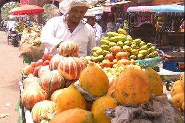 خصوصی عبادتوں کے لئے شہر کی مساجد کے علاوہ سحر و افطار کے لئے بھی دکاندار اور خریدار خصوصی اہتمام کرتے ہیں ۔ میرٹھ شہر میں بھی ماہ رمضان کی شروعات سے قبل اشیا ضروریات کے لئے بازار کے سجنے کا سلسلہ شروع ہو گیا ہے ۔ پھلوں کے علاوہ مختلف قسم کی کھجور اور کھجلا اور فینی کی دکانیں بھی سج گئی ہیں