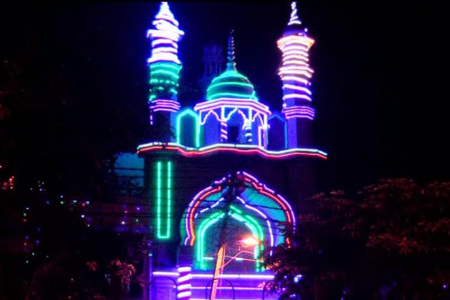 رمضان کا چاند فلک پر نمودار ہوتے ہی گھروں کے ساتھ مساجد میں بھی خصوصی عبادتوں کے اہتمام کا سلسلہ شروع ہو جاتا ہے ۔  روزے داروں اور عبادت گزاروں کے لئے مساجد میں بھی خاص اہتمام کیا جاتا ہے اور اسکے لئے ماہ رمضان کی شروعات سے قبل ہی شہر کی مساجد میں تمام تیاریاں مکمّل کر لی جاتی ہیں ۔