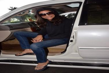 بالی ووڈ: ممبئی ایئرپورٹ پرسشمتا سین نے دیا پوز، بیٹی رنی نے چھپا لیا چہرہ