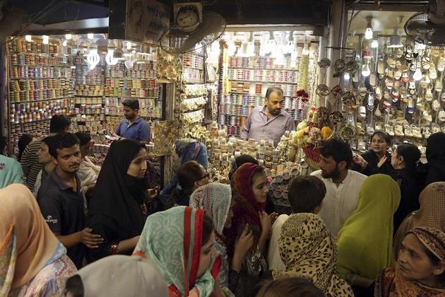 رمضان المبارک کا پاک مہینہ ختم ہونے کو ہے اور دنیا بھر کے مسلمان عد منانے کیلئے خاص تیاریوں میں مصروف ہیں۔پہلی تصویر پاکستان کے لاہور شہر کی ہے جہاں خواتین دکان میں شاپنگ کرتی نظر آ رہی ہیں۔(فوٹو کریڈٹ :اے پی)۔