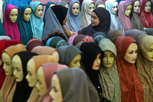 یہ تصویر ملیشیا کے کوالا لمپور شہر کے بازار کی ہے جہاں خواتین خود کیلئے حجاب خریدتی دیکھی جا سکتی ہیں۔رمجان کے پاک ماہ میں یہ بازار روز کھلتا ہے اور لوگ یہاں شاپنگ کرنے آتے ہیں۔(فوٹو کریڈٹ :اے پی)۔