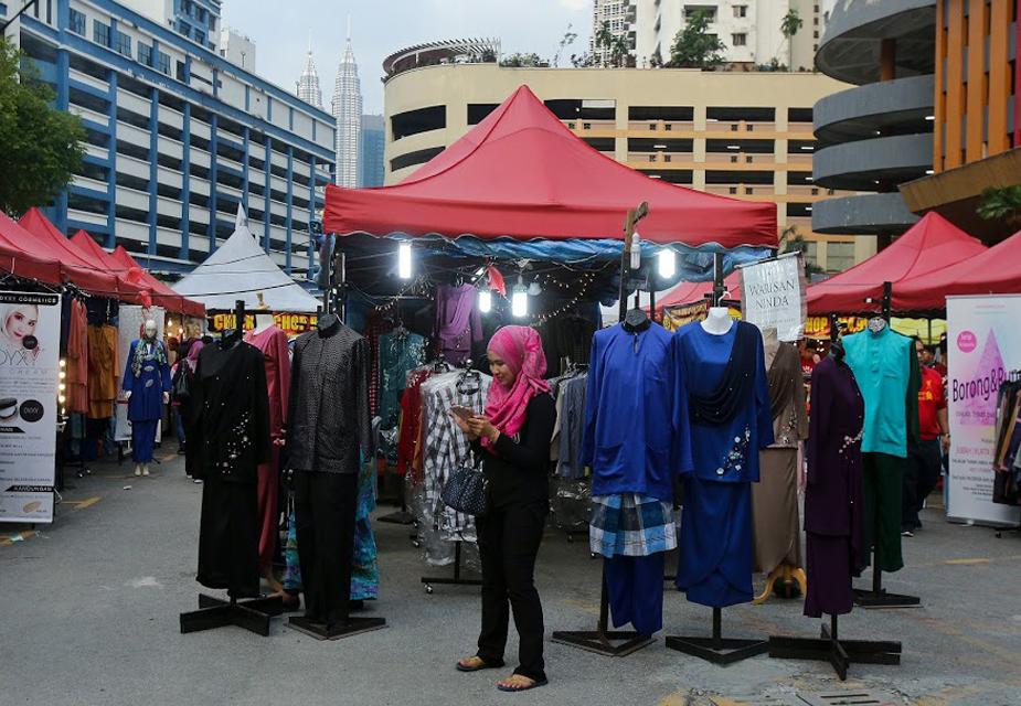 کوالا لمپور کے اس رمضان بازار میں کپڑے اور دیگر سامان بھی ملتے ہیں جو نماز ادا کرنے کے دوران استعمال میں آتے ہیں۔(فوٹو کریڈٹ :اے پی)۔