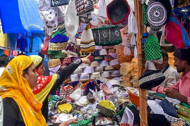 کولکاتہ کی یہ تصویر ہے جہاں لوگ عید سے پہلے خریداری کرتے دیکھے جا سکتے ہیں۔(فوٹو کریڈٹ :اے پی)۔