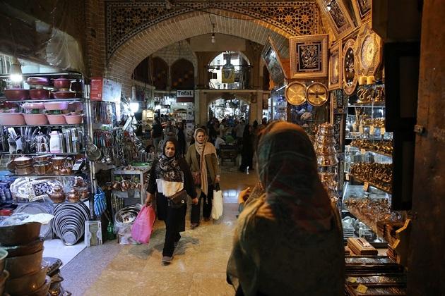 یہ ایران کی دارالحکومت تہران کی تصویر ہے جہاں آپ لوگوں کو عید سے پہلے خریداری کرتے دیکھ سکتے ہیں۔(فوٹو کریڈٹ :اے پی)۔