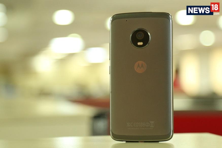 سیل میں موٹو ای 4 پلس پر 19 فیصد کے ڈسکاونٹ کے ساتھ 8, 940 روپیے میں خریدا جا سکتا ہے۔ اس فون میں 3 جی بی ریم، 32 جی بی انٹرنل اسٹوریج دی گئی ہے۔