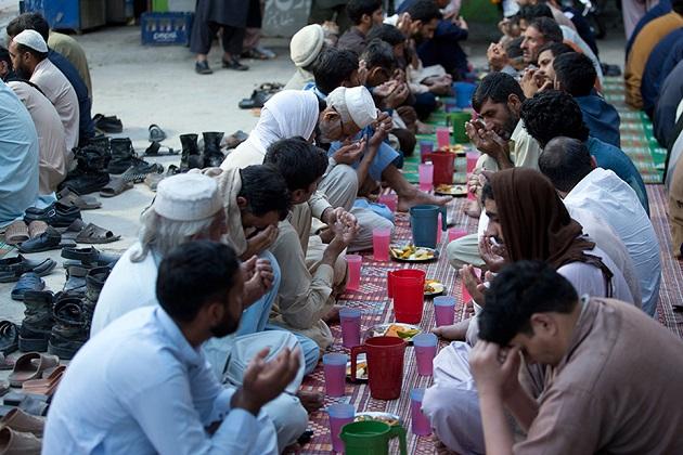 اسلام آباد میں رمضان کے پہلے دن روزہ کھولنے کا انتظار کرتے لوگ۔