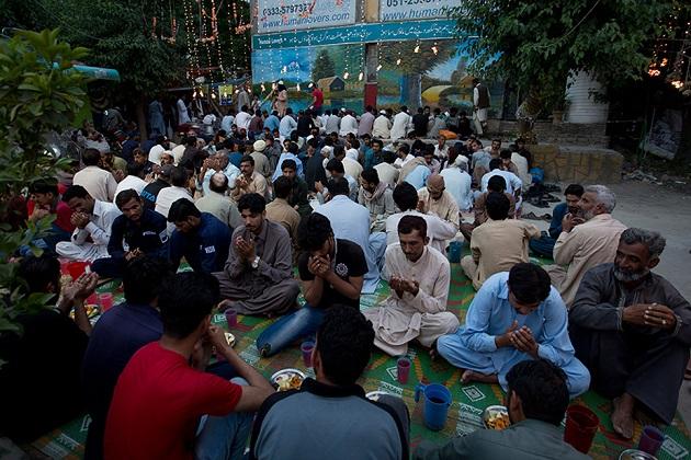 پاکستان کے اسلام آباد کی یہ تصویر ہے جہاں لوگ رمضان کے پہلے دن روزہ کھولنے کے دوران عبادت کرتے دیکھے جا سکتے ہیں۔