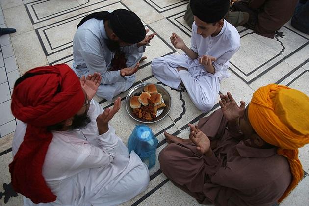 پاکستان کے کراچی شہر کے ایک مسجد میں روزہ افطار سے پہلے عبادت کرتے لوگ۔