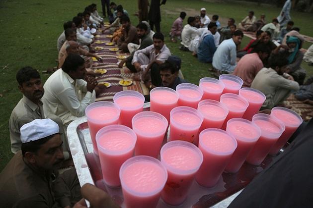 پاکستان کے لاہور میں رمجان کے دوران روزہ کھولتے وقت شربت تقسیم کی تصویریں۔