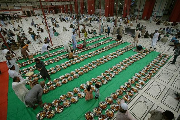 پاکستان کی ایک مسجد کی یہ تصویر ہے جس میں روزے داروں کے روزہ کھولنے کیلئے کھانے کا انتظام کرتے دیکھا جا سکتا ہے۔