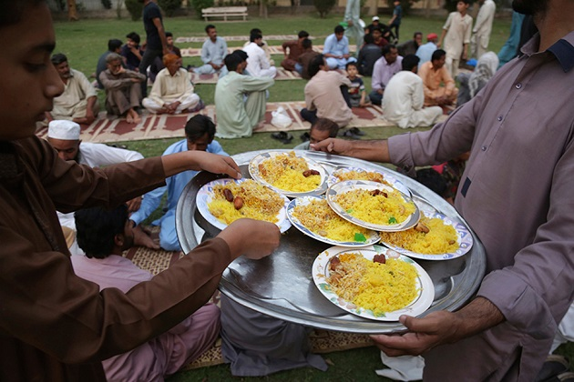 یہ تصویر پاکستان کے لاہور شہر کی ہے جہاں روزہ کھولنے کیلئے لوگوں کو کھانا تقسیم کیا جا رہا ہے۔